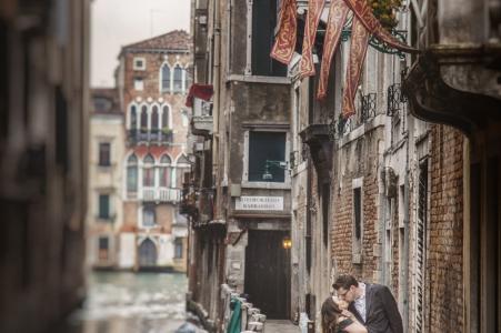 Este retrato previo a la boda de una pareja besándose en una calle de la ciudad fue creado por un fotógrafo de bodas de Venecia.