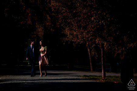 El fotógrafo de compromiso de Rumania captó la acción en esta foto de una pareja caminando felizmente por el parque IOR en Bucarest en la noche