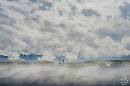 Turpan-paar dat in de bergen loopt tijdens het vooraf fotograferen van een fotosessie