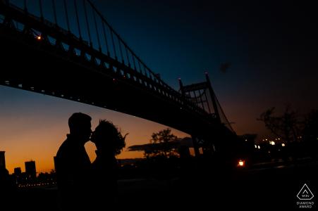 New York City - Portrait de fiançailles au coucher du soleil d'Astoria Park près du pont