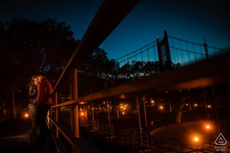 Retratos de la boda previa al parque Astoria de la ciudad de Nueva York - Pareja de noche