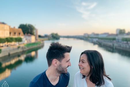 Session d'engagement - Chalon-sur-Saône, France - Un échange chaleureux au pont sur la Saône.