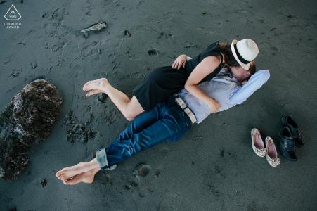 E-session de Seattle, Washington - Un couple s'embrassant sur le sable