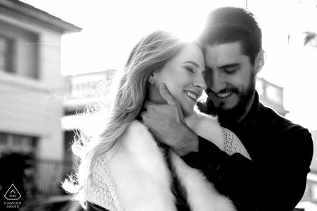 Laguna / SC - Les amoureux brésiliens pendant la séance de fiançailles en noir et blanc