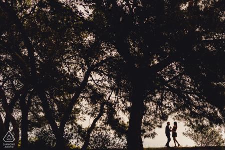 Tournage pré-mariage de Barcelone avec un couple sous un arbre au coucher du soleil