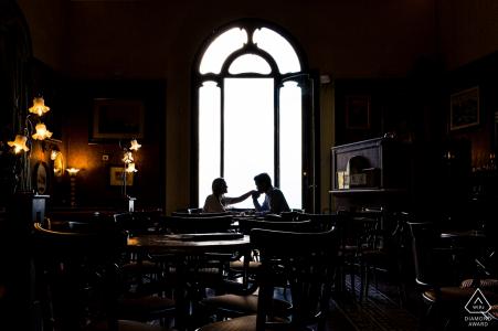 Montepulciano - Toscana - Italia - Tomar un café con una pareja comprometida