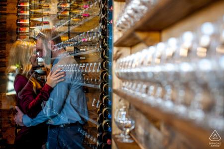 Wild Terra Cider Bar Fargo, Dakota du Nord - Un couple fiancé s'embrasse au bar lors d'une séance photo de fiançailles à l'intérieur