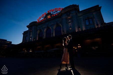 Union Station, Denver, Colorado - Ce couple pose ensemble au crépuscule devant la station de Denver Union Station lors de la prise de photos de leur engagement.