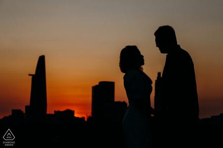 Retratos de boda previos a la ciudad de Ho Chi Minh: un beso mientras se pone el sol