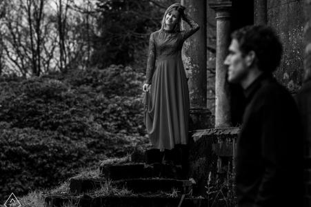 Séance de portrait en noir et blanc dans un vieux château en Belgique