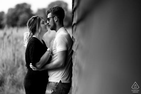 Foto in bianco e nero di una coppia durante i loro Stanwick Lakes, sessione fotografica di fidanzamento del Northamptonshire.