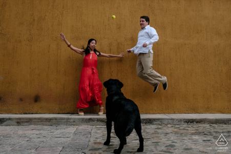 Sesión de retratos de compromiso de Oaxaca de Juárez de una pareja y un perro en las calles.