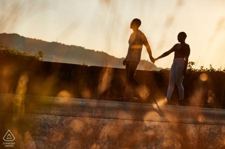 Séance de couple à Lucca, Italie pour des portraits de mariage avant le soleil de fin d'après-midi.
