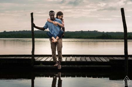 Séance photo de fiançailles Azur France - lentement sur le lac avec un couple sur un quai