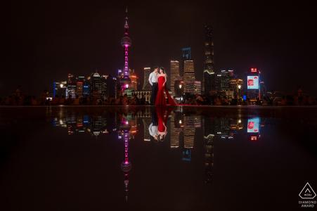 Réflexions sur la ville de Shanghai lors d'une séance de fiançailles avec un couple la nuit