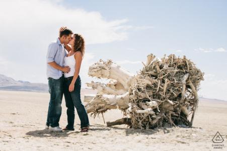 Photos de fiançailles à Salt Lake City, Utah - Un couple s'embrassant sur les marais salants pour un portrait.