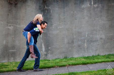 Seattle, Washington Fotógrafo de compromiso   Chica montando a cuestas a los chicos mientras caminan por la calle