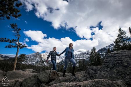 Estes Park CO Engagement Portrait Photographe | Photo d'un couple escaladant les Rocheuses