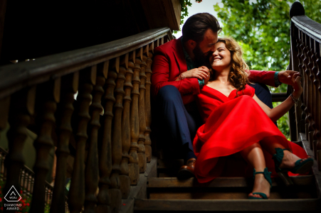 Séance de photo Hanul Lui Manuc Bucarest - Ce couple se blottit dans les escaliers d'un bâtiment historique à Bucarest
