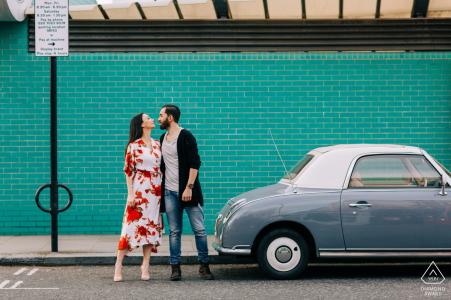 Engagment Shoot à Londres avec une vieille voiture et du Big Love