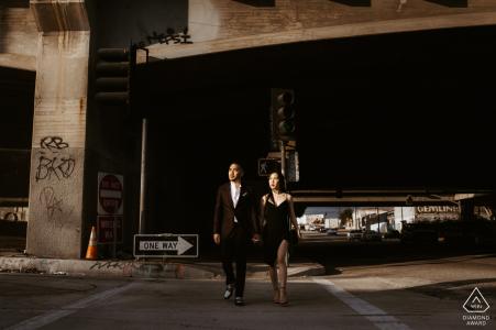 Fotos de compromiso en el centro de Los Ángeles, California | Cruzando pareja en las calles