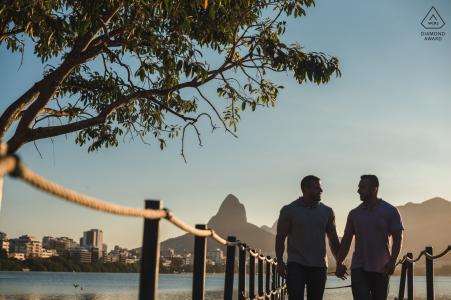 Un couple italien vivant la vie simple de Rio de Janeiro. Portraits de mariage avant.