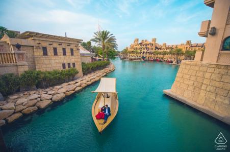 Dubai Oasis Engagement Portraits en medio de un desierto ... ¡en un bote!