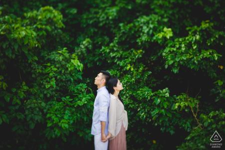 Compromiso Fotógrafo para Nanping - La imagen contiene: pareja, árboles, verde, retrato, tomados de la mano, perfiles