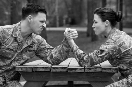Fotos de compromiso de Georgia - Old Fourth Ward Park | Pareja militar lucha libre