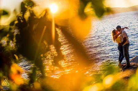 Photographie de fiançailles pour Secret Beach Lake Tahoe | Un couple devient intime sur les rochers