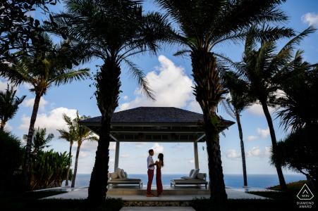 Verlobungsfotos aus Bali, Indonesien   Blauer Himmel und weiße Wolken, Kokosnussblätter lassen alles schön