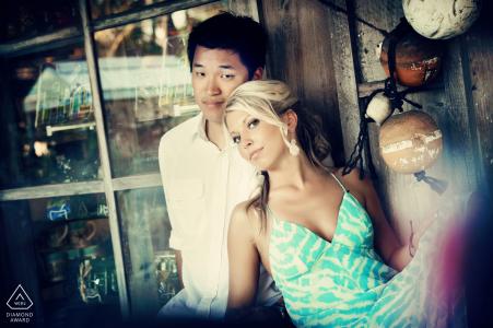 Photos de fiançailles de Ocean Key, Floride - Portrait contenant: couple, fenêtre, reflets, bouées