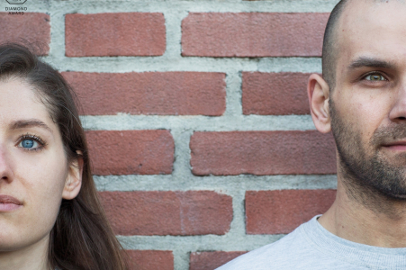 Portrait de fiançailles de Milan, Italie - La photographie contient: couple, rouge, brique, mur, fiancé