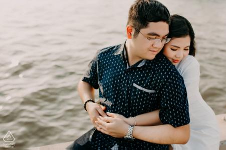 Fotógrafo de compromiso para Ciudad Ho Chi Minh - El retrato contiene: abrazo, pareja, agua