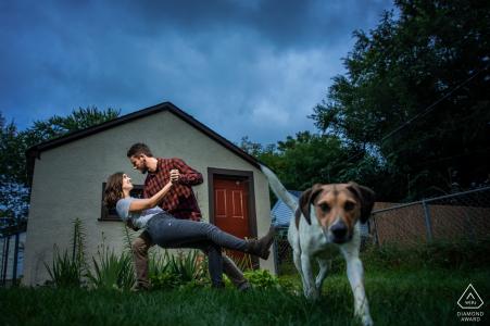 Betrokkenheidsfotografie voor Minnesota - Minneapolis   Paar in de achtertuin met een hond