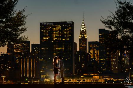 Photographe de fiançailles pour Manhattan, NYC - Gantry Plaza State Park - Portrait de couple avec vue de nuit de Manhattan