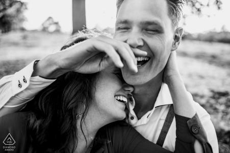 appelscha se ríe durante la sesión de retratos de compromiso de pareja