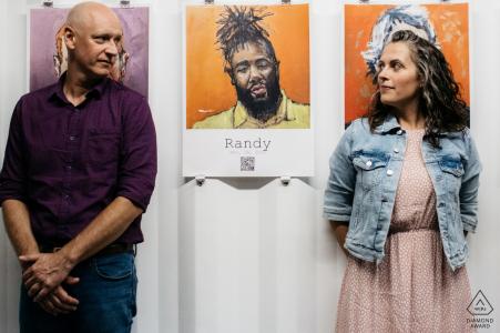 Couple marié jouant avec des portraits dans une exposition à Philly