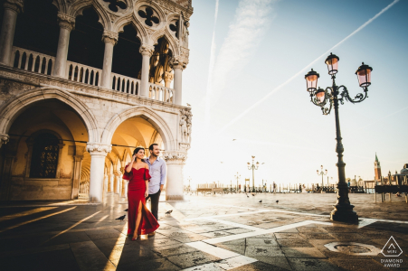 Venise tournage avant le mariage avec un couple et le soleil bas