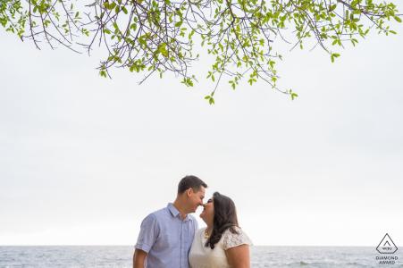Conchas Chinas, Puerto Vallarta, Mexique | couple s'amusant pendant la séance de fiançailles