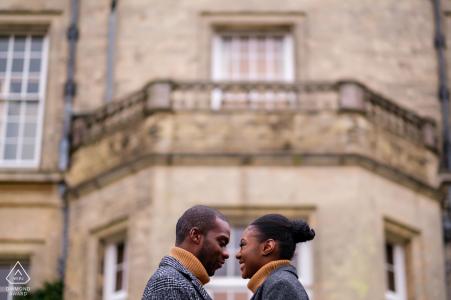 Hedsor House, Buckinghamshire, fotografo di matrimoni e fidanzamenti - La coppia ha un momento da naso a naso durante le riprese prima del matrimonio