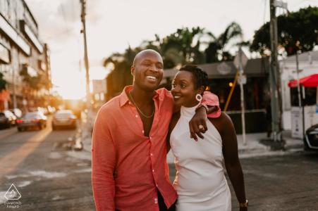 Photographie de fiançailles d'après-midi - Couple dans la rue de Wynwood, Miami, FL