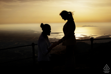 Proposition d'engagement avec le paysage de Trapani | Mont Erice - Italie Couple Portraits au coucher du soleil
