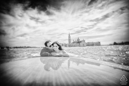 Séance de fiançailles en Italie à Venise - Portraits en noir et blanc avant mariage