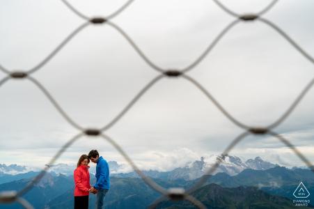 Retratos de compromiso al aire libre sobre Dolomitas, Italia
