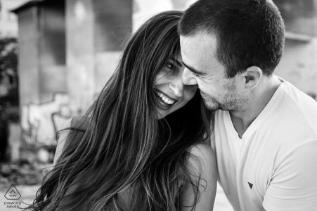 Assans Mühle Bukarest Paar, das während des Verlobungsshootings ein warmes Lachen zusammen hat