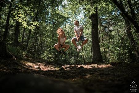 Alsace, France Couple Portrait Session dans les arbres - Randonneurs sur les traces, Sautez!