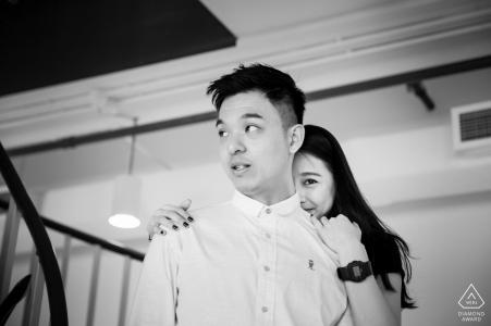 WeWork Office Couple - Séance photo avant mariage en noir et blanc