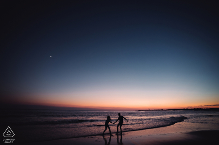 Cape May, NJ Fotógrafo de compromiso - Futura silueta de novios en la playa
