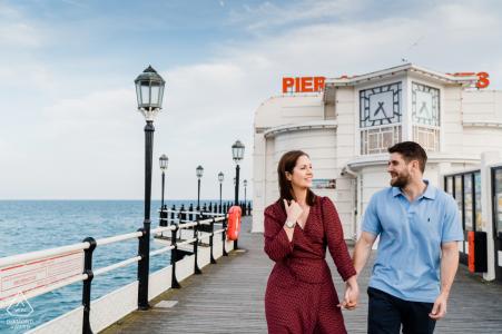 Worthing Pier, West Sussex Photography - Un couple engagé sur une promenade le long de la jetée